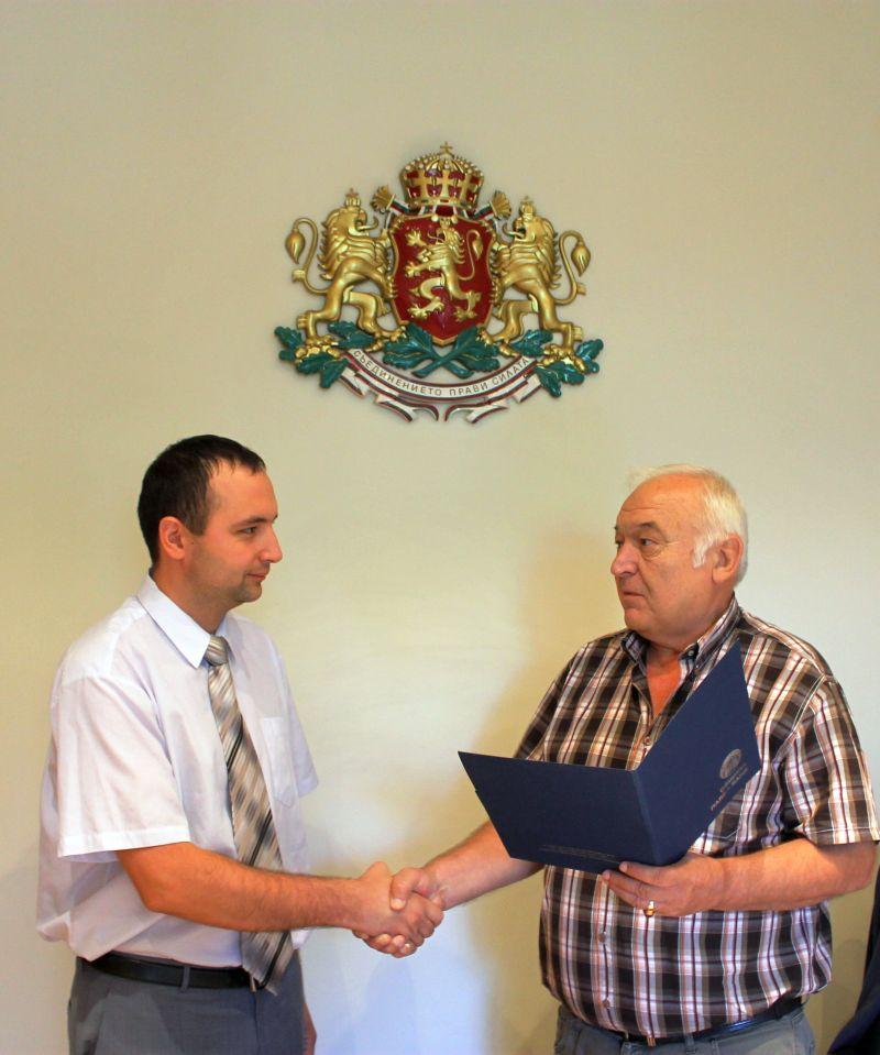 Кметът на Павел баня връчи поздравления на Недялко Несторов Публикувано в Pavelbanya.eu
