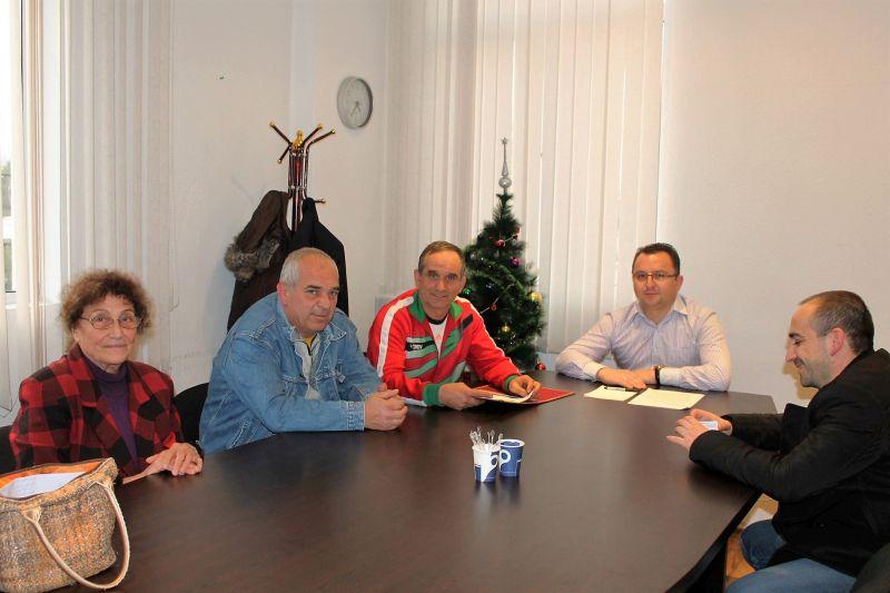 Граждани връчиха група от предложения на председателя на общинския съвет в Павел баня Публикувано в Pavelbanya.eu