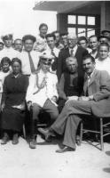 Тодор Мазаров между земляците си от Павел баня