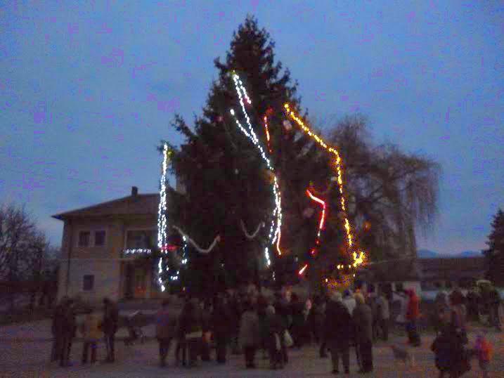 В Долно Сахране грейна коледната елха Публикувано в Pavelbanya.eu
